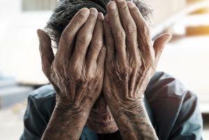 Captan a empleada de residencia de ancianos maltratando a hombre de la tercera edad