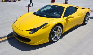 """""""¿Qué culpa tengo de que Dios me bendiga?"""": Pastor causa polémica por posar al lado de un Ferrari y de otros autos de lujo"""