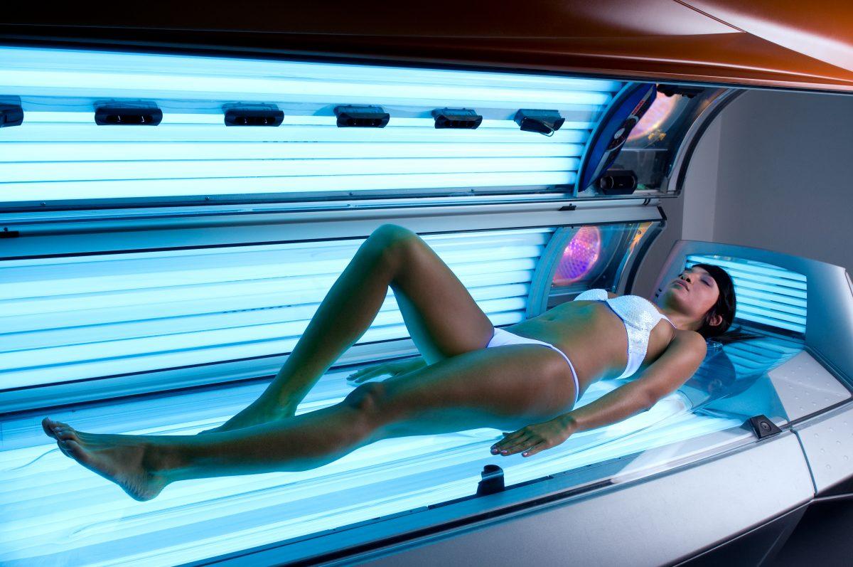¿Cuáles son los riesgos del bronceado en una cama solar?
