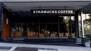 Mujer simpatizante de Trump inicia discución racista en Starbucks de San Diego al no querer usar máscara