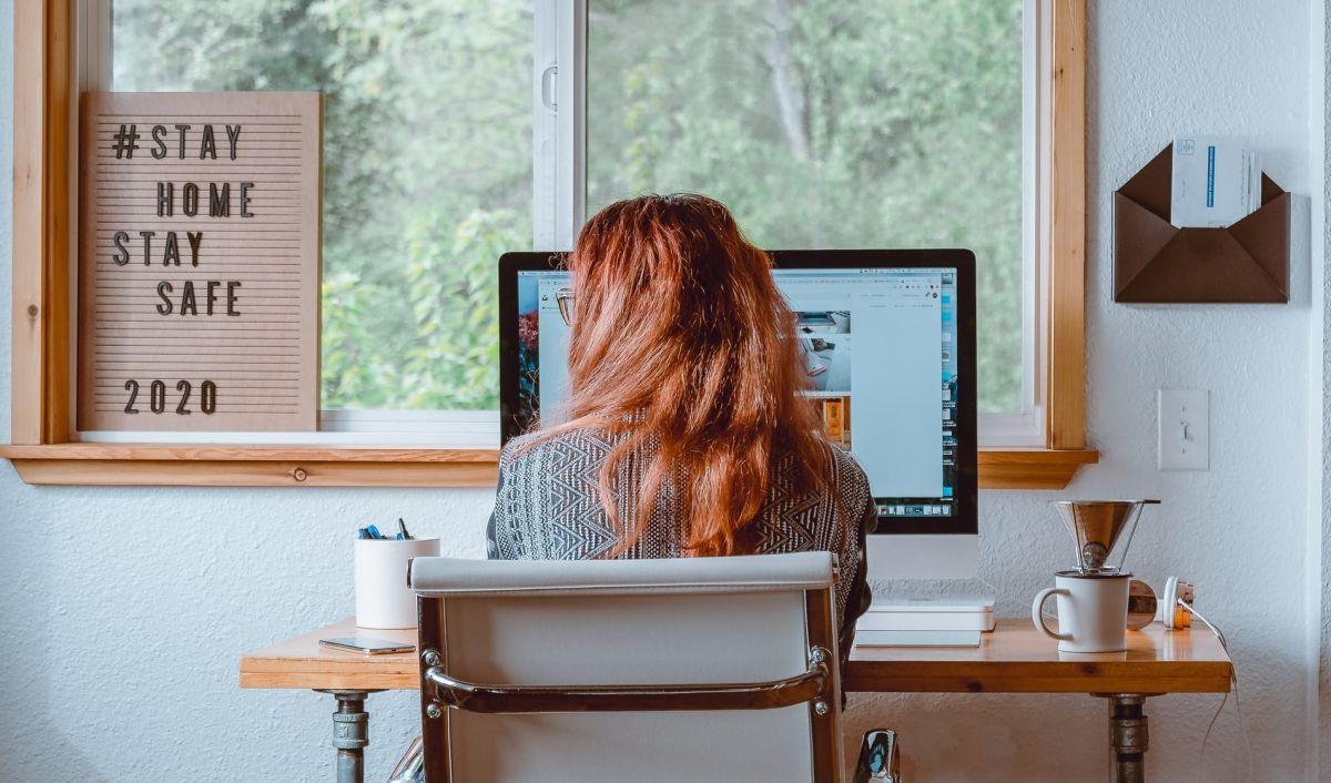 ¿Sigues trabajando desde casa? Estos son los 5 accesorios tecnológicos que no pueden faltarte