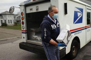 Trabajadores del servicio postal de EE.UU. dicen que el servicio podría colapsar si no reciben ayuda financiera
