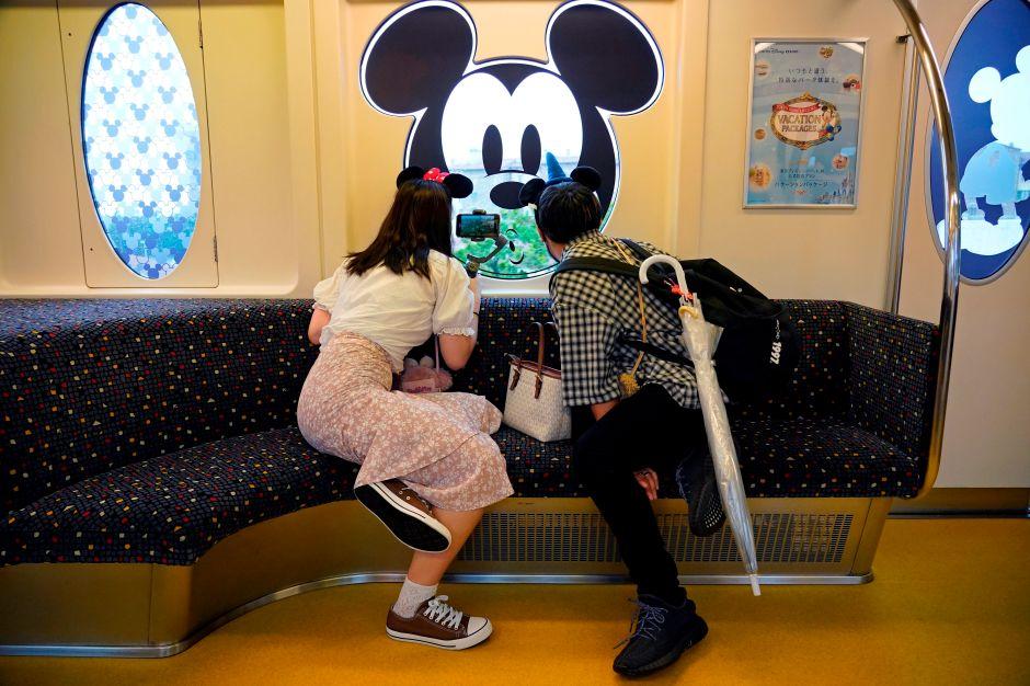 Compras frenéticas y poco distanciamiento en el primer día de reapertura del Downtown de Disney, California