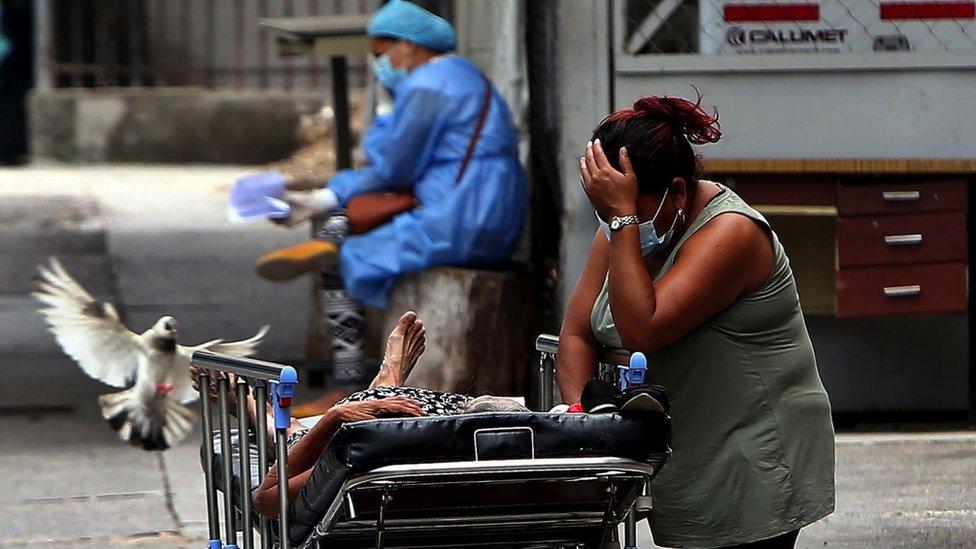 Algunos de los principales hospitales en Honduras han visto superada su capacidad ante el dramático aumento de casos de COVID-19.