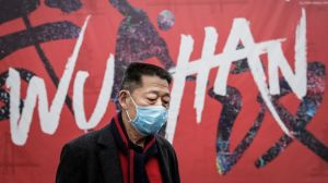 """El científico que asegura que China """"encubrió"""" los primeros casos de COVIDd-19 (y cómo eso empeoró la pandemia)"""