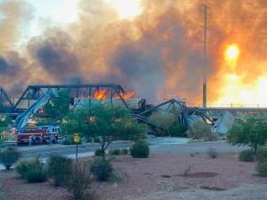 Video: Descarrila tren y provoca derrumbe y tremendo incendio sobre un puente en Arizona