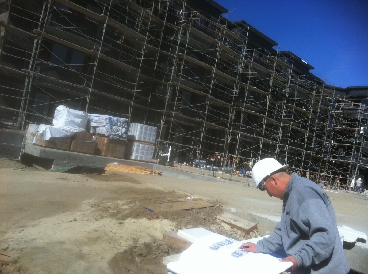 Latinos le hacen frente al trabajo bajo el intenso sol