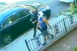 Golpearon e intentaron quemar a anciana mientras paseaba por calle de Nueva York