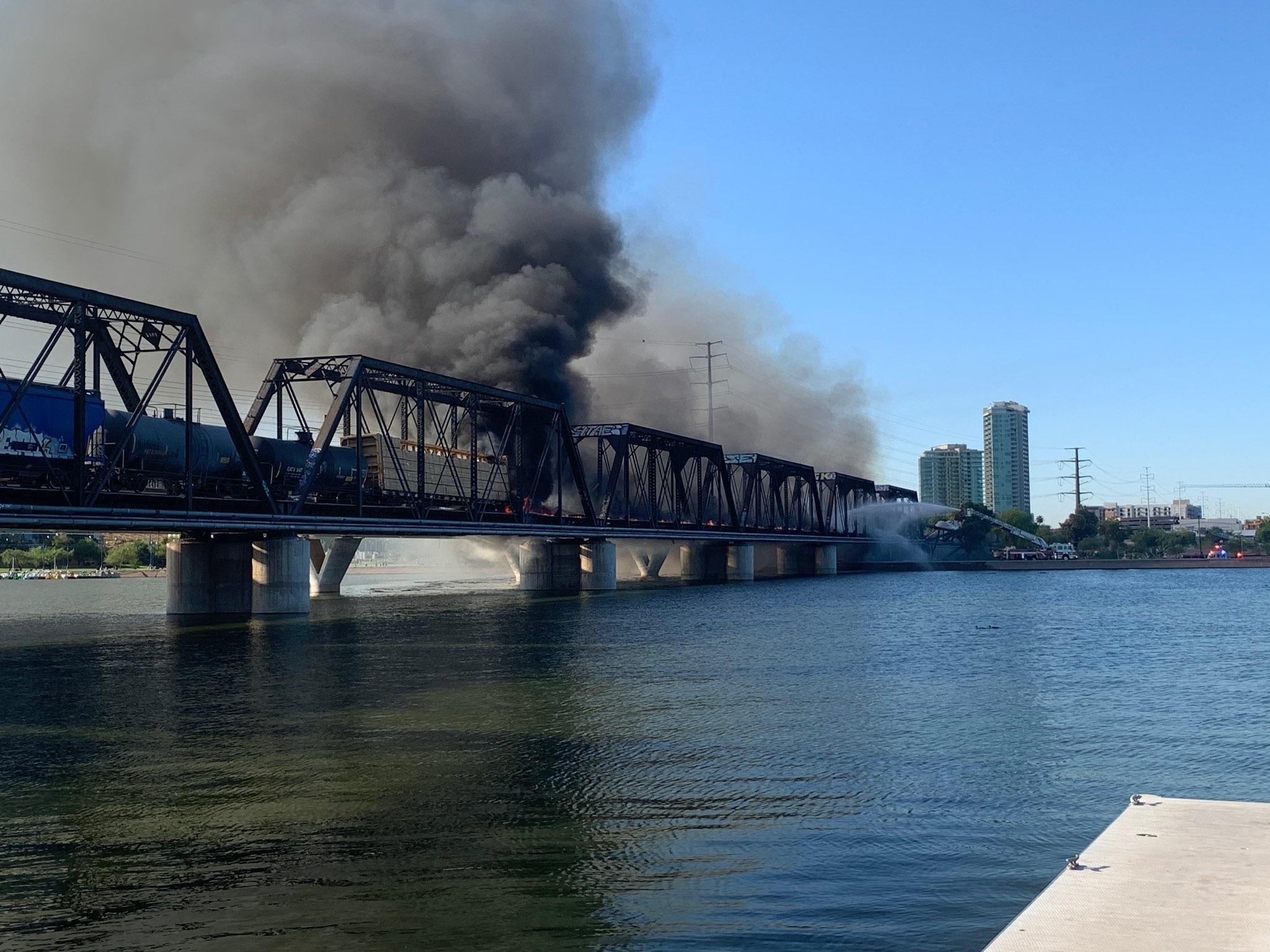 Densas columnas de humo negro se podían ver desde la distancia. Foto: Policía de Tempe / Efe