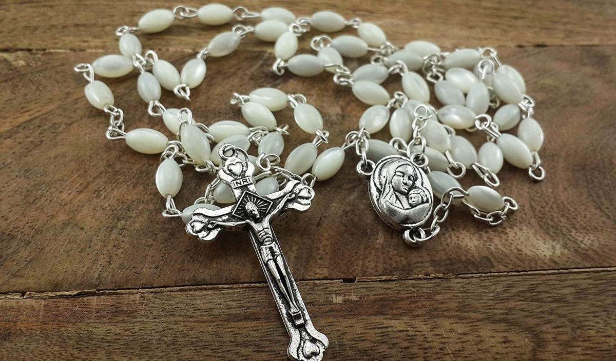 5 rosarios ideales para regalar a alguien católico sin gastar mucho dinero