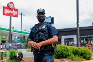 VIDEO: Policía toca los pechos a mujer antes de ser arrestada