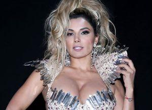 Aleida Núñez posa sensualmente en ajustados leggings y profundo escote
