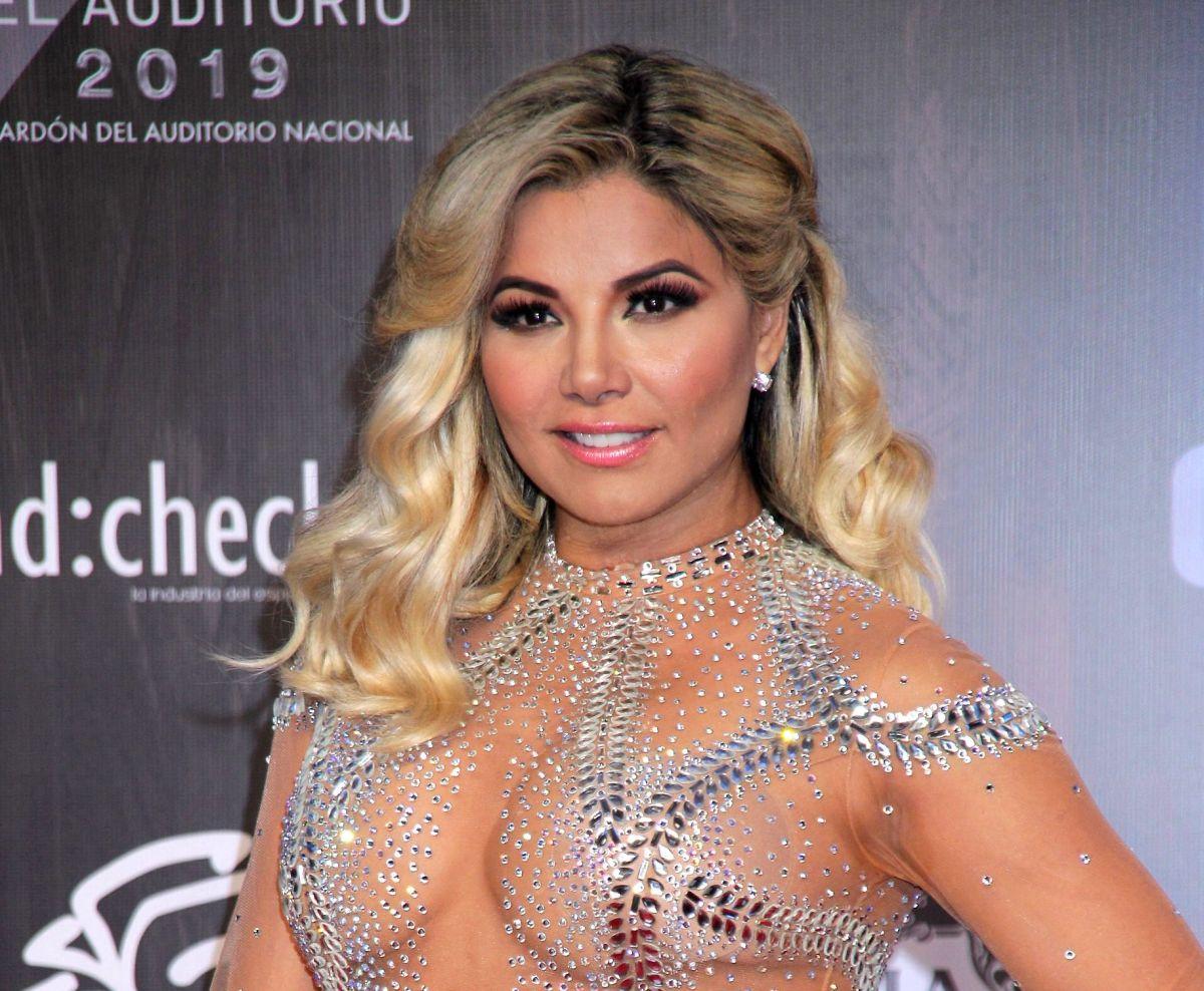 De espaldas, Aleida Núñez luce cinco veces su retaguardia con leggings metalizados