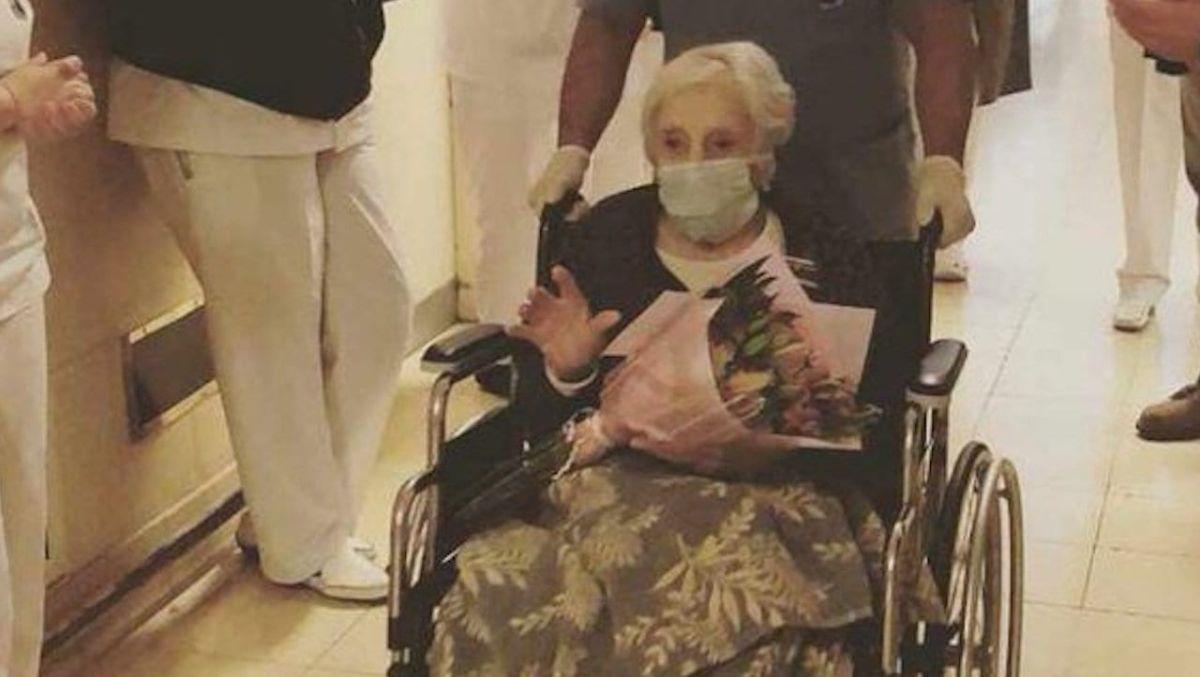 Irene Bindi salió del nosocomio entre aplausos del personal médico.