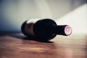 Lanzan nueva botella de vino hecha de cartón, puede refrigerarse y es más ligera que el vidrio