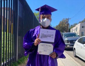 Menor no acompañado se gradúa de secundaria en ceremonia motorizada en Los Ángeles