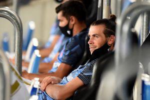 El Madrid jugándose la Liga y Gareth Bale echando una siesta en la grada