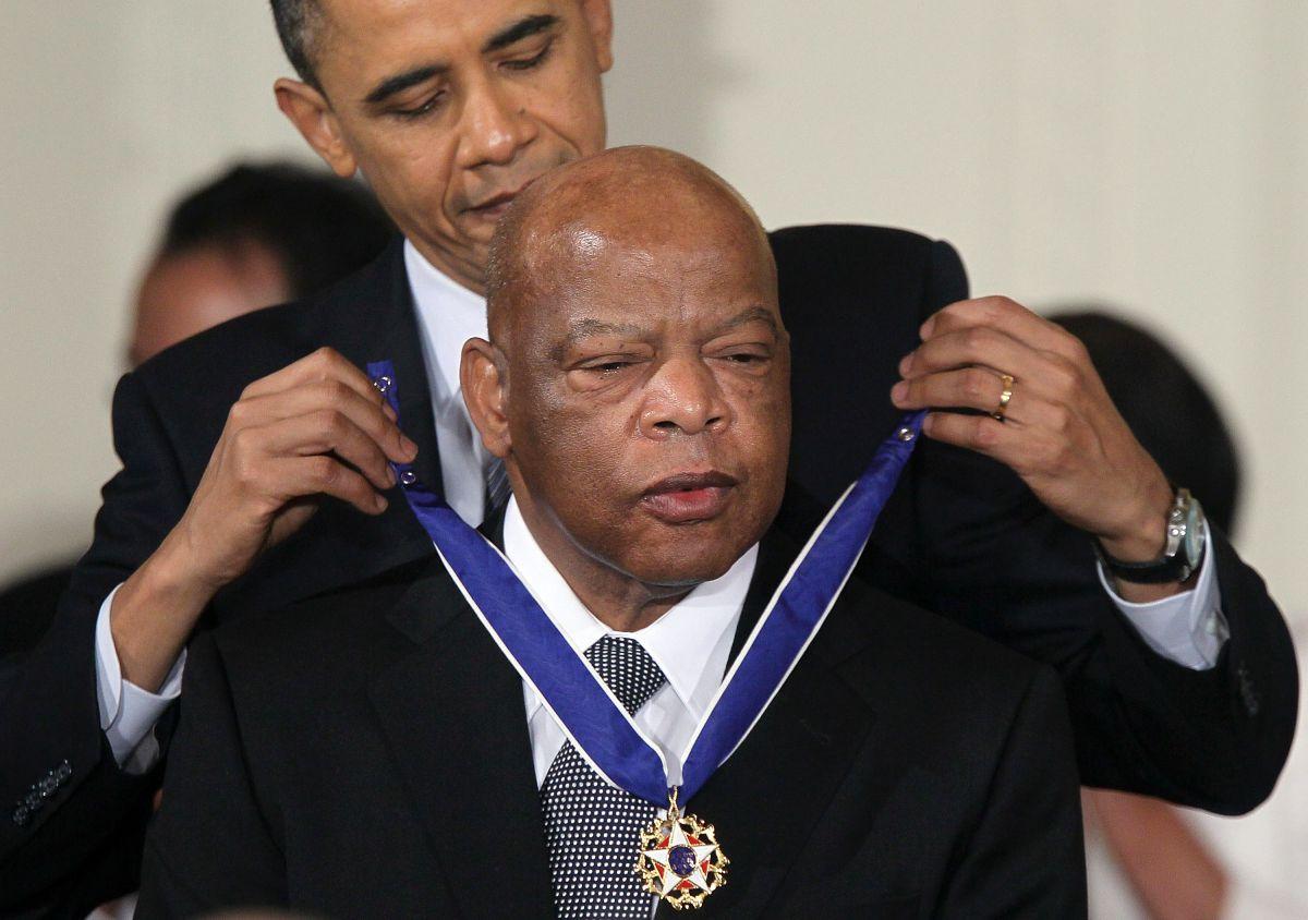 Barack Obama condecoró a John Lewis con la Medalla de la Libertad 2010 en Washington, DC.