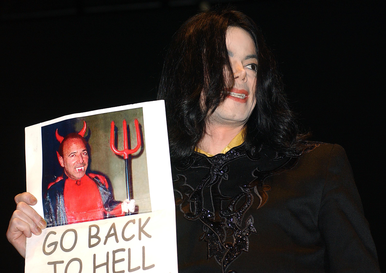 Michael Jackson con una imagen de Tommy Mottola.