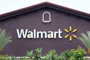 Casi matan a un hombre que entró en un Walmart de Florida sin mascarilla