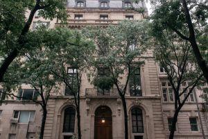 Encuentran cadáver de hace 30 años en una mansión de París, la policía investiga