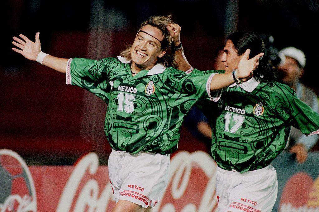 Luis Hernández y Francisco Palencia festejando un gol con la selección mexicana.