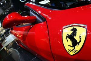 Hombre buscó en Youtube cómo conducir un Ferrari para robarse uno y luego chocar