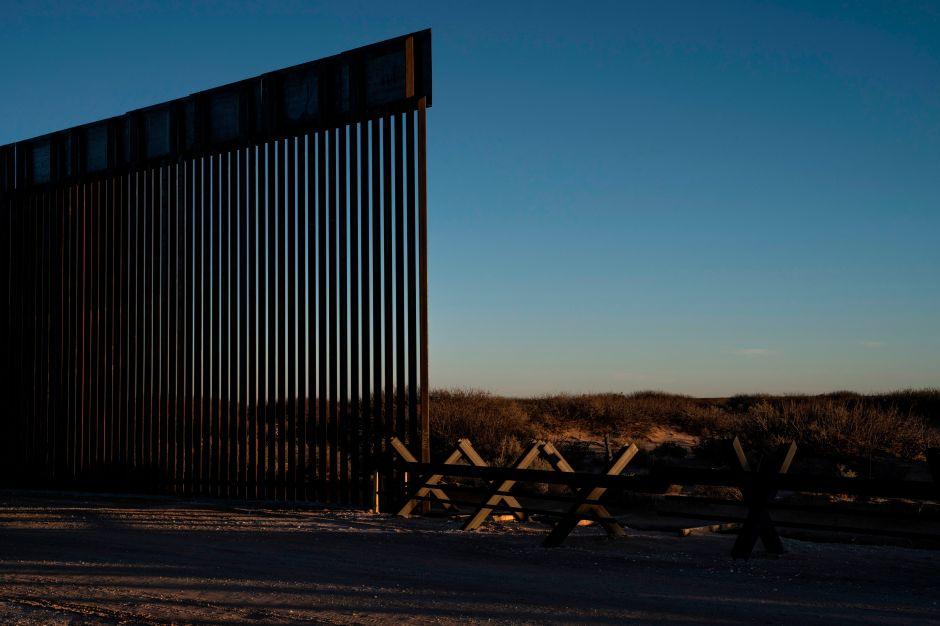 Caída de muro fronterizo mató a una mujer mexicana en Nuevo México. Buscan a familiares