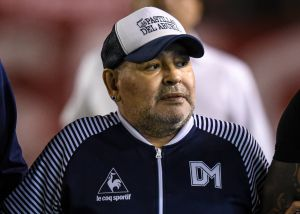 Maradona astronauta: le llueven los memes por la peculiar máscara que usó