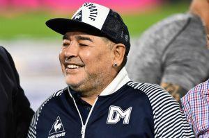 VIDEO: Tras gran polémica, Maradona reaparece tocando el balón