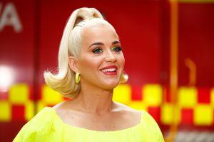 Katy Perry se viste como arbolito de Navidad y provoca sonrisas