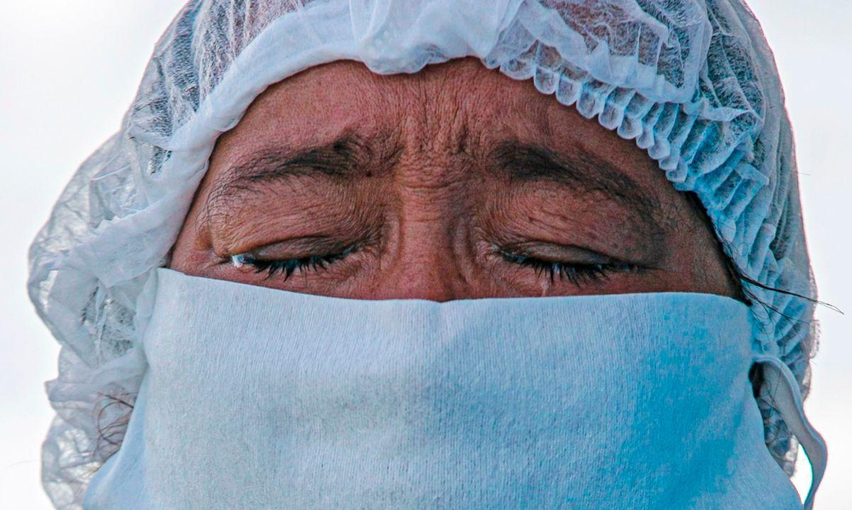 Una paciente de COVID-19 se prepara para ser transferida a otro hospital en Brasil.