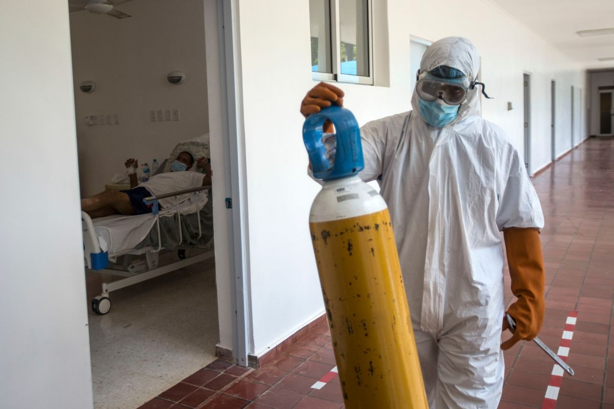 Estremecedor video muestra cómo meten en bolsa a muerto por coronavirus en República Dominicana