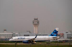 Caos y desinformación en aeropuerto de Puerto Rico por requisitos de prueba de coronavirus a pasajeros