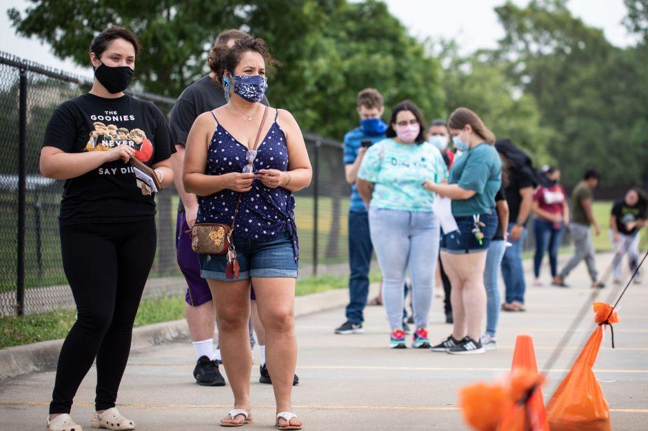 Gobernador de Texas cede y ordena uso obligatorio de cubrebocas en público
