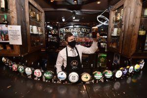 ¿Un bar para el fin de semana? Los tips de un doctor para mantenerte a salvo del coronavirus