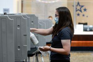 Más de 300,000 inmigrantes no podrían votar en noviembre debido a demoras con su ciudadanía