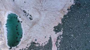 La nieve de un glaciar en Italia se tiñe de rosa y alerta a expertos del cambio climático