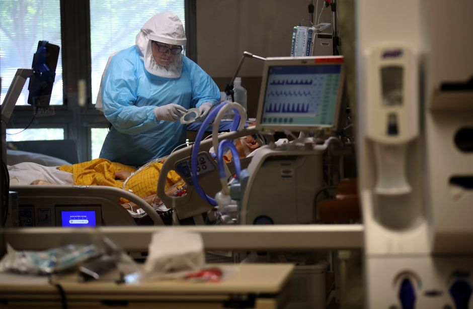 """Texanos creen que la pandemia está """"fuera de control"""" y que el gobernador abrió """"demasiado rápido"""""""