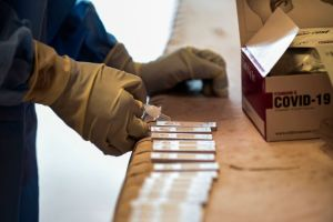 ¿Quién está detrás del negocio de pruebas y medicamentos falsos contra COVID-19 en México?