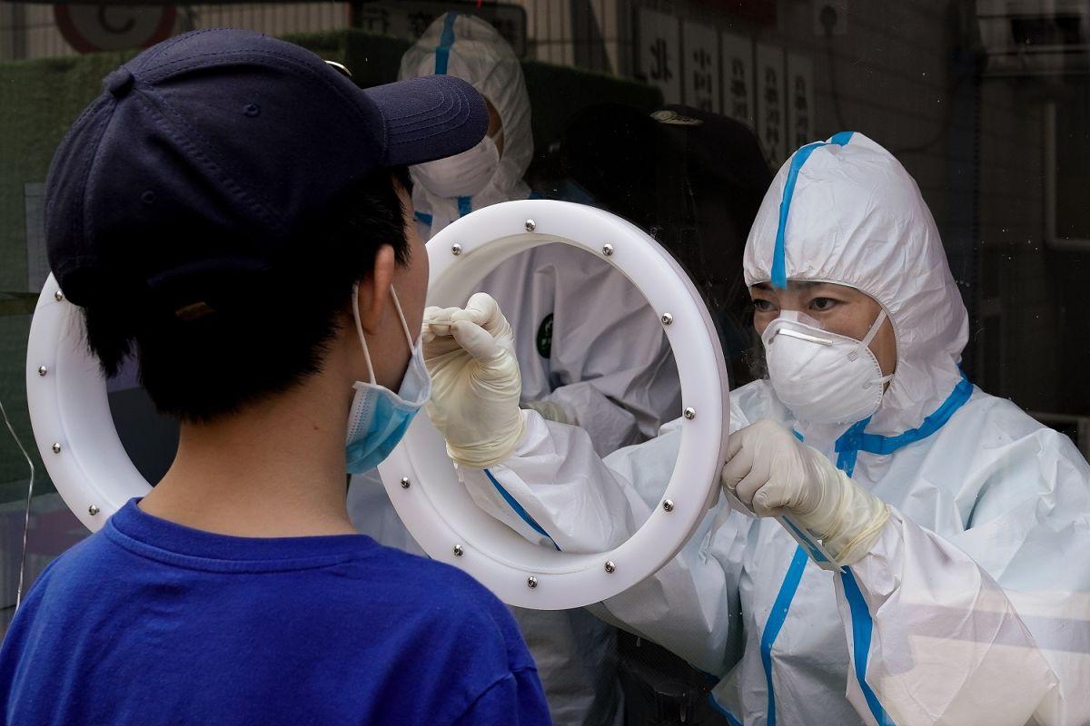Personal médico realiza pruebas de coronavirus en Beijing.