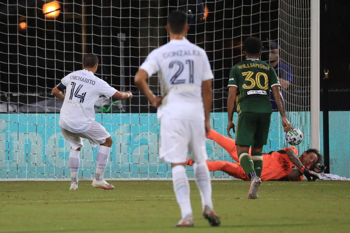 El portero Steve Clark ataja el penalti del Chicharito Hernández en jugada que fue clave en el partido.