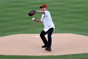 VIDEO: Anthony Fauci aplica la distancia social en primer lanzamiento de la temporada 2020 de la MLB