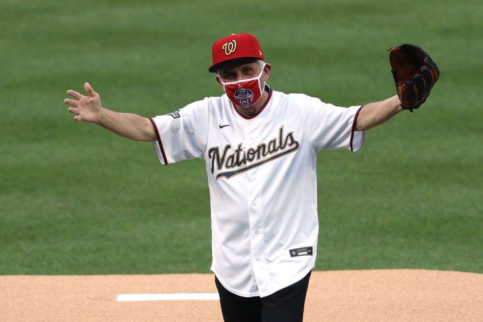 Inmortalizan el terrible lanzamiento de Anthony Fauci en una carta de béisbol de colección
