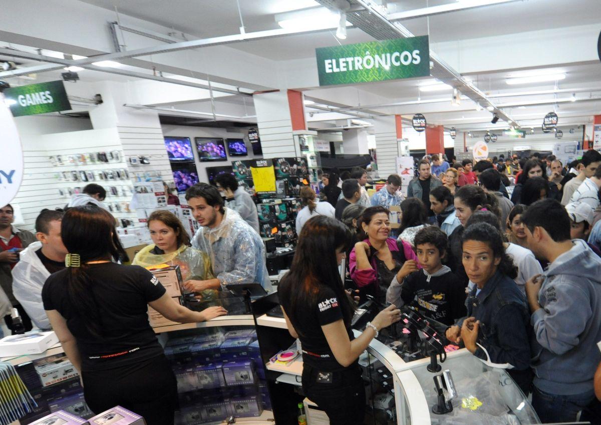 Una estampida quedó registrada en video cuando un grupo de personas entraron a un supermercado en el suroeste de México