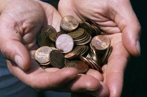 Hombre entrega monedas que guardó durante 20 años para ayudar con la escasez de dinero
