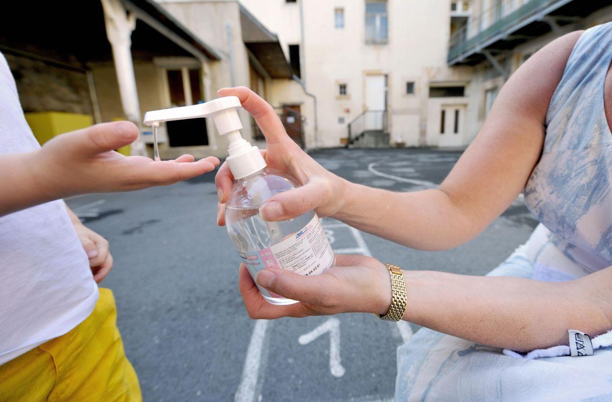 FDA difunde lista de 59 desinfectantes de manos que podrían ser tóxicos y contener metanol, todos fueron producidos en México