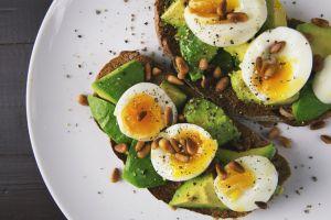 ¿Por qué cenar huevos te ayuda a dormir mejor?