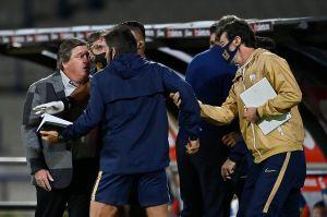 Le valió la sana distancia: Miguel Herrera se enojó y encaró al cuerpo técnico de los Pumas sin cubrebocas