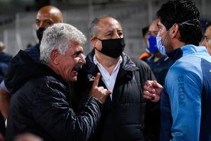 Tuca Ferreti lanzó escupitajo, fumó y se metió a la bronca sin cubrebocas en el Cruz Azul vs. Tigres